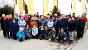 Foto: Gruppenfoto vor der Wallfahrtskirche Friedberg